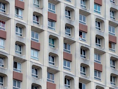Un hombre mira por la ventana de su piso en París durante el confinamiento ordenado por el Gobierno francés, el 18 de marzo de 2021.