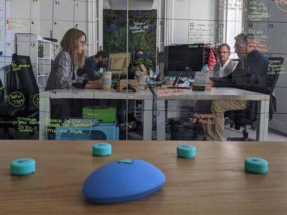 Los dispositivos de Geeksme pemiten sensorizar objetos cotidianos en una oficina.