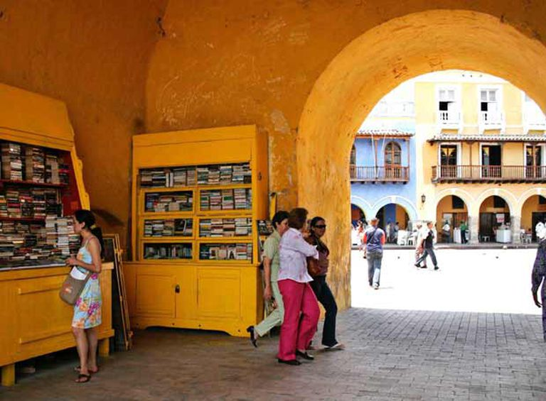 Una librería en los arcos de la Torre del Reloj de Cartagena de Indias.