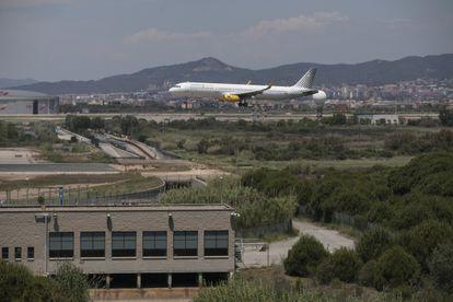 Un avión aterriza en el aeropuerto de El Prat, el pasado mes de junio.