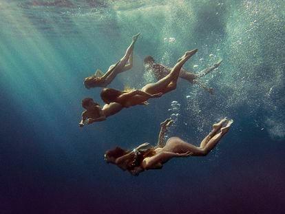 Kate Bellm ha retratado Mallorca, donde reside parte del año, para su libro 'La isla'. En esta imagen, unas amigas suyas buceando.