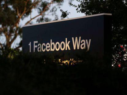 Una señal de dirección de Facebook en Menlo Park, sede de la empresa en California (Estados Unidos).