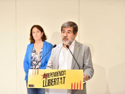 El secretario general de Junts y expresidente de la ANC, Jordi Sànchez, con la actual presidenta de la organización, Elisenda Paluzie, este lunes.