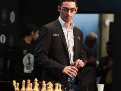 Financiado por un millonario ultraconservador, el estadounidense, de 25 años, supera a tres rusos en el Torneo de Candidatos, y retará a Carlsen por el Mundial de ajedrez