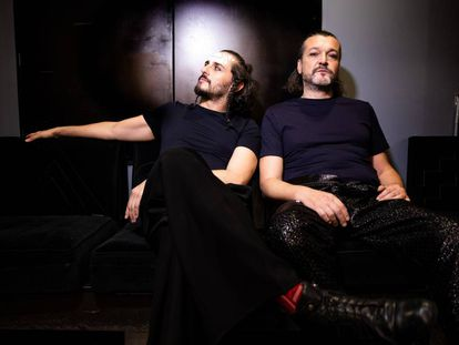 Asier Etxeandia y Enrico Barbaro en el camerino antes del concierto de presentación de Mastodonte en el Teatro Barceló.