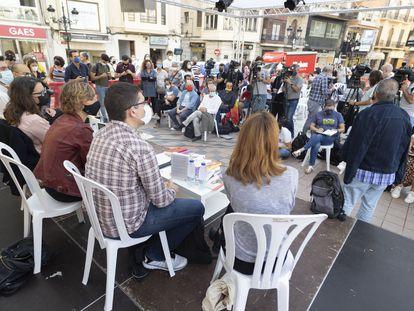 Autores, libreros y políticos como la vicepresidenta de la Generalitat, Mónica Oltra, o la concejal de Cultura, Verònica Ruiz (segunda y tercera, por la izquierda) esta mañana en Castellón.