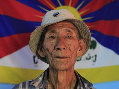 Chodak Dawa, de 78 años, sobrevivió al bombardeo de Norbulinka. Fue arrestado por las autoridades nepalíes hace cuatro años por manifestarse pacíficamente.
