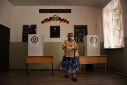 Una mujer vota en un colegio electoral de Ereván, este domingo.