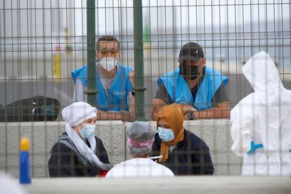 Frontex agents observe two migrants in Puerto del Rosario (Fuerteventura) on May 28.