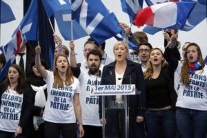 Marine Le Pen (centro), este viernes en París.
