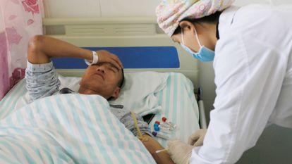 Un corredor recibe tratamiento en un hospital, en el condado de Jingtai, este domingo.