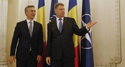 Jens Stoltenberg, junto al presidente rumano, Klaus Iohannis, antes de la ceremonia inaugural de la base aérea.
