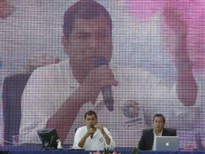 El presidente de Ecuador, Rafael Correa (2ºi), retransmite su habitual programa de los sábados, que difunde la radio y algunas cadenas de televisión de su país, hoy desde el Museo de las Ciencias Príncipe Felipe de la Ciudad de las Artes y las Ciencias de Valencia.
