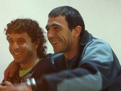 El miembro de ETA Igor González Sola, a la derecha, junto a su compañero en la banda terrorista Carmelo Laucirica Orive, en una imagen de archivo tomada en la Audiencia Nacional.