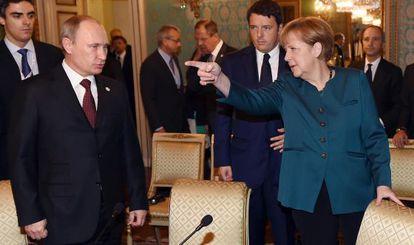 Angela Merkel y Vladímir Putin a su llegada a la cumbra euroasiatica el viernes en Milán.