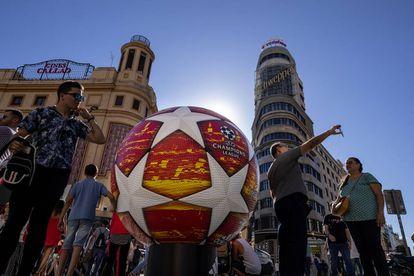 Un balón gigante de la Champions League instalado en la Plaza de Callao (Madrid).