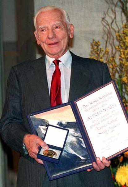 Joseph Rotblat, tras recibir el Nobel de la Paz.