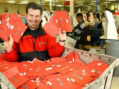 Reed Hastings, en 2002, dentro de un carrito lleno de DVDs de Netflix preparados para ser envíados a sus clientes.