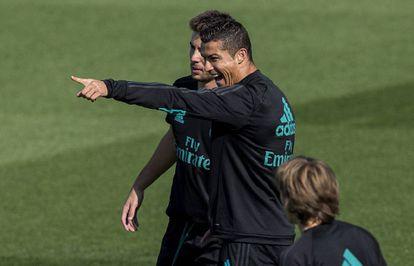 Cristiano bromea en el entrenamiento de este martes.