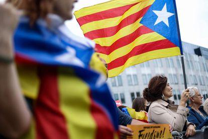 Un raduno a sostegno di Carlos Puigdemont si è tenuto questo giovedì vicino alla sede del Parlamento europeo a Bruxelles.