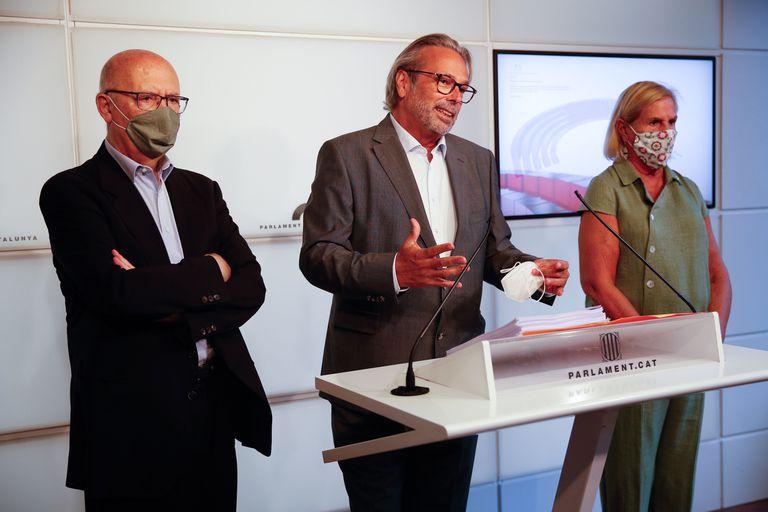 Los expresidentes del Parlament Joan Rigol (c), Ernest Benach (c) y Núria de Gispert (d), este lunes en el Parlament.