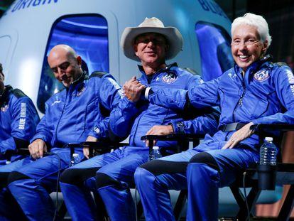 Desde la izquierda, Oliver Daemen, Mark Bezos, el multimillonario Jeff Bezos y Wally Funk, tras volar al espacio el pasado 20 de julio en el cohete New Shepard.