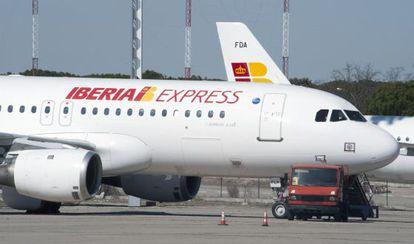 Una imagen cedida por Iberia con uno de los aviones de la filial.