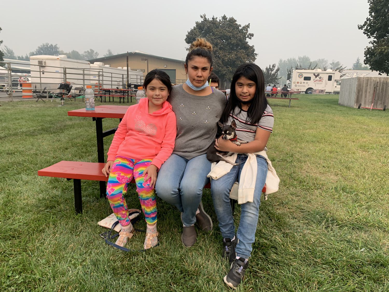 Yolanda Curiel, con sus hijas, en el campamento para desplazados por el incendio en Medford, Oregón, el martes.