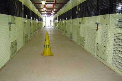 Un cono amarillo, colocado en una de las galerias de la prisión de Guátanamo, indica la hora de la oración.
