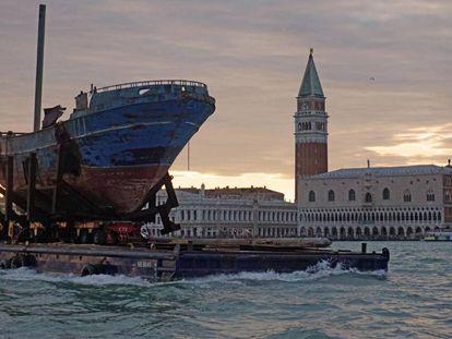 Llegada a Venecia de 'Barca Nostra', obra de Christoph Bucher a partir del barco hundido en el Mediterráneo en 2015 con 700 inmigrantes abordo.