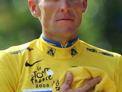 Armstrong escucha el himno estadounidense en los Campos Elíseos de París tras lograr su séptimo Tour.