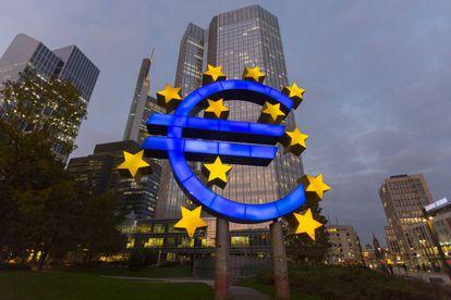 El símbolo del euro delante de la sede del BCE de Fráncfort