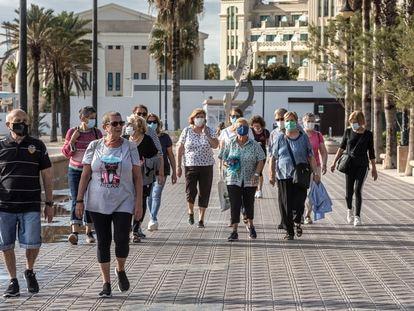 Un grupo de pacientes del centro de salud de Serrería 1 participa en los paseos terapéuticos por el paseo marítimo de Valencia.