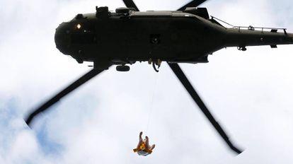 Un hombre es evacuado de su hogar inundado por medio de un helicóptero tras el paso del huracán Harvey en Rose City, Texas (EE UU).