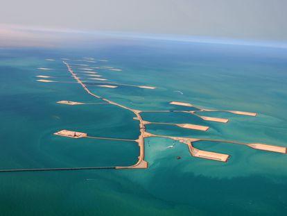 Despliegue de islas artificiales en un campo petrolífero marino de Aramco, la empresa que lidera la lista de los 100.
