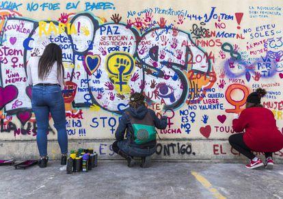 Mural reivindicativo pintado por alumnas de la Universidad de Valencia donde Laura Luelmo cursó un máster.