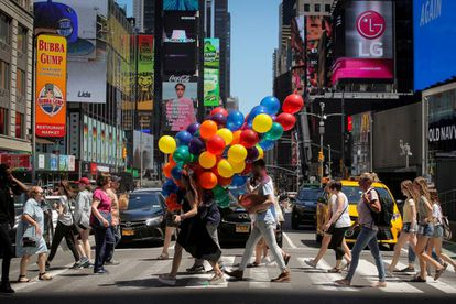 Un grupo de personas cruza Times Square, Nueva York.
