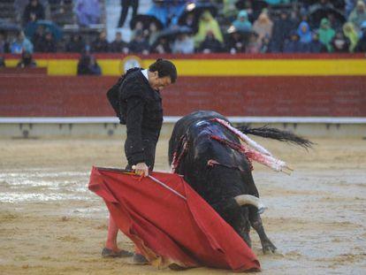 Finito de Córdoba muletea con la mano derecha a uno de sus toros.