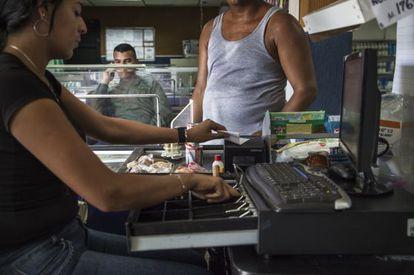 Una cajera en una tienda venezolana.