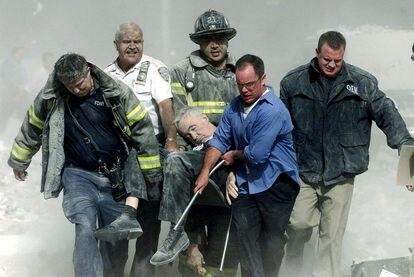 Los bomberos sacaban a un herido tras el ataque al World Trade Center.
