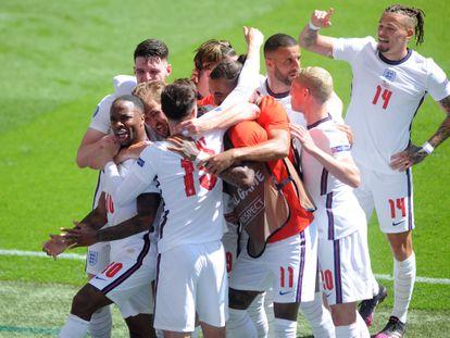 Sterling, abrazado por sus compañeros tras marcar a Croacia, con Phillips a la derecha.