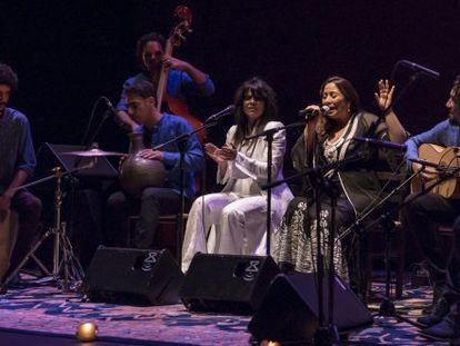 El grupo de Montse Cortés y Yasmin Levy, en una actuación en directo.