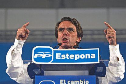 Aznar se pregunta durante un mitin en Estepona por qué el Gobierno vendió bombas de racimo a Gadafi si no era un amigo