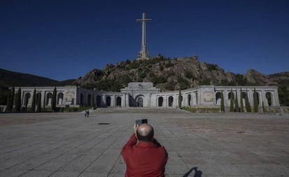Un visitante fotografía el Valle de los Caídos.