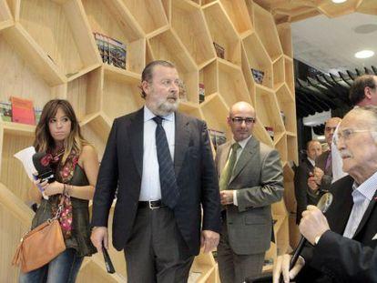 Iñaki Azkuna, a la derecha, José Luis Sabas y Andoni Aldecoa, en la nueva Oficina de Turismo de Bilbao.