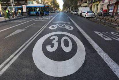 Las señales de ciclocarril y de límite a 30 por hora en la calle de Alcalá.