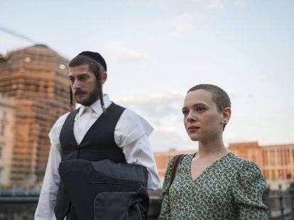 Los protagonistas de Unorthodox pasean por Berlín, donde el marido ha localizado a su esposa huida.