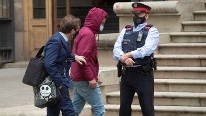 Uno de los acusados este miércoles, a su llegada a la Audiencia de Barcelona.