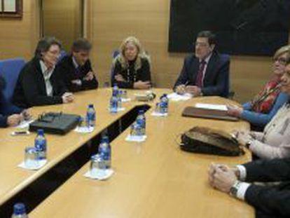 Ibarra, en el centro, durante una reunión entre la judicatura, el Gobierno y afectados.