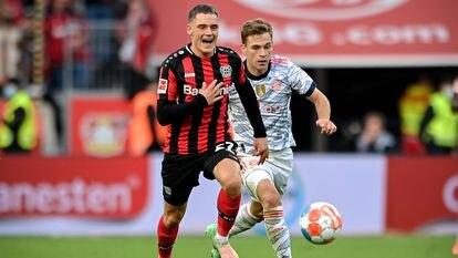 Florian Wirtz conduce el balón ante el acoso de Kimmich.